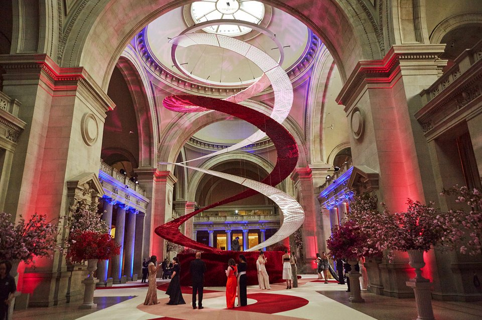 80,000 red roses, 200,000 red silk roses and laser-cut ;ace for the Metropolitan Museum's Great Hall by benefit event designer, Raul Àvila.